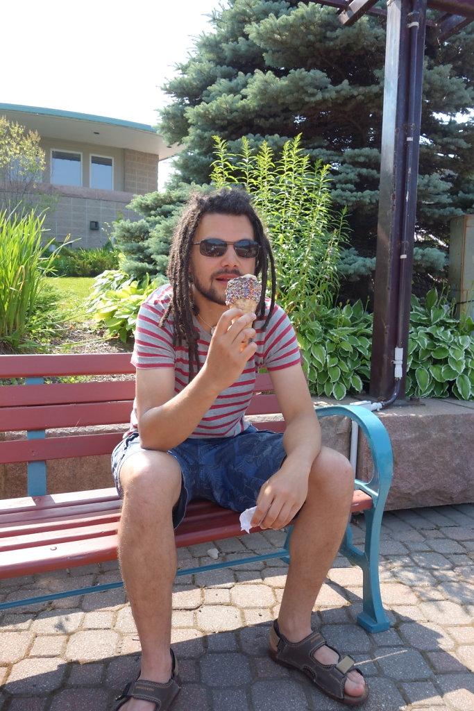 Vincent mange une glace du Nouveau Brunswick